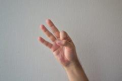 Eine Hand, die mit einem weißen Hintergrund zählt lizenzfreie stockfotos