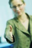 Eine Hand heraus anhalten Stockfotos