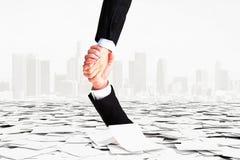 Eine Hand hilft anderen, um nicht unten in Bürokratie einzusteigen Stockfotografie