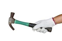 Eine Hand mit dem Schutzhandschuh, der rostigen Hammer hält Stockfoto