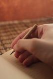 Eine Hand mit einem Bleistift Lizenzfreies Stockfoto