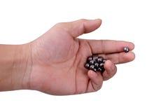 Eine Hand mit Katapultmunition Lizenzfreie Stockfotos