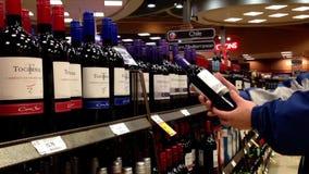 Eine Hand nimmt Flaschen Wein von Chile stock video footage