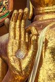 Eine Hand von Buddha-Statue hergestellt vom quadratischen gelben Glas Lizenzfreie Stockfotografie