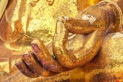 Eine Hand von Buddha-Statue hergestellt vom quadratischen gelben Glas Lizenzfreie Stockbilder