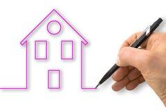 Eine Hand zeichnet den Entwurf eines rosa haus- Konzeptbildes lizenzfreie stockfotos