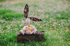 Eine handgemachte Kaninchenpuppe Stockfotos