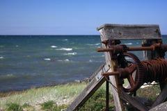 Eine Handkurbel am Strand Stockfotografie