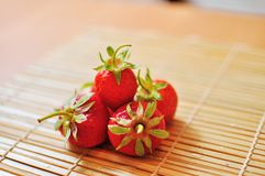 Eine Handvoll Erdbeeren Stockbild
