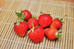 Eine Handvoll Erdbeeren Lizenzfreie Stockbilder