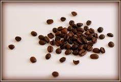 Eine Handvoll gebratene Kaffeebohnen Stockbild