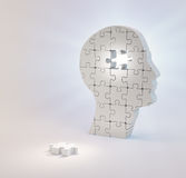 Eine Hauptgestalt aus Puzzlespiel heraus bessert die Verfehlung eines Einzelstücks aus Stockbild