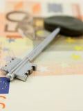 Eine Haustaste auf einem Geldhintergrund Lizenzfreies Stockbild