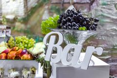 Eine Heiratsversorgende Fruchtstange mit Trauben stockbild