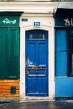 Eine helle bunte MontMartre-Tür mit Charakter Stockbilder