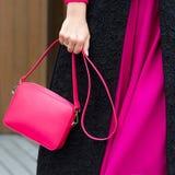 Eine helle Tasche in Frauen ` s Händen Lederner Beutel Stockfotos