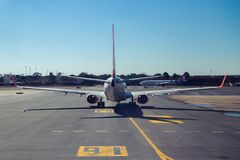 Eine hintere Ansicht eines Flugzeuges, das sich vorbereitet sich zu entfernen lizenzfreie stockfotografie