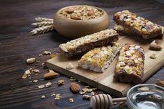 Eine Hintermischungsschüssel Trockenfrüchte, Rosinen, Moosbeere mit Mandeln, Rosinen, Samen, Acajoubaum, Haselnussnüsse mit Honig Stockfotos