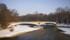 Eine historische Brücke in München im Bayern Stockbilder