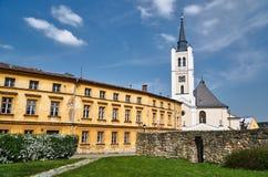 Eine historische Kirche mit einem Glockenturm I Lizenzfreie Stockbilder