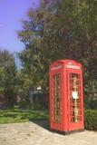 Eine historische Telefonzelle im Alleenkasinogarten Stockfotografie