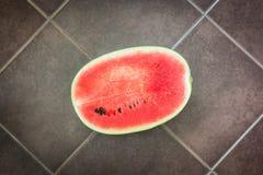 Eine Hälfte von Wassermelone friut Stockbilder