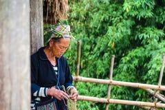 Eine Hmong Dame, die ein Armband, Sapa, Vietnam herstellt Lizenzfreies Stockfoto