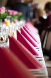 Eine Hochzeitstafel mit rosa Servietten stellte für das Speisen ein Stockfotos