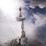 Eine hohe oben schauende und denkende, gedanklich lösende, erwägende oder sichtbar machende Lauchgeschäftsfrau Lizenzfreies Stockbild