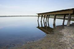 Eine Holzbrücke auf dem Ufer des Sees Lizenzfreies Stockbild