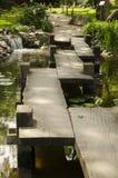 Eine Holzbrücke im japanischen Garten Lizenzfreies Stockfoto