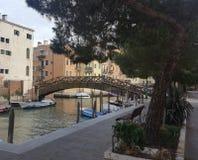 Eine Holzbrücke in Venedig stockfotos