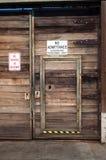 Holztür im Tor Stockfotos