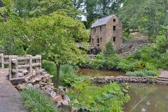 Eine horizontale Fotografie eines Steins und der konkreten alten Mühle, Seitenansicht Stockbilder
