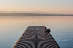 Eine idyllische Landschaft am See Greifensee in der Schweiz lizenzfreie stockbilder