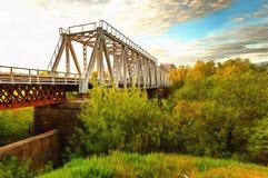 Eine ikonenhafte alte Metallbinder-Eisenbahn-Brücke Lizenzfreies Stockfoto