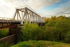 Eine ikonenhafte alte Metallbinder-Eisenbahn-Brücke Stockfotografie