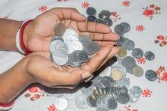 Eine indische arme Hausfrau, die W?hrung h?lt Rettungsgeld f?r das zuk?nftige Konzept kopieren Sie Raumraum f?r Text stockbild