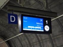 Eine Informationstafel auf der Plattform des Flughafenzugs in Richtung zu Helsinki stockbilder