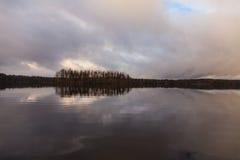 Eine Insel auf dem See Stockfotos