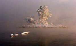 Eine Insel im Nebel lizenzfreie stockfotos