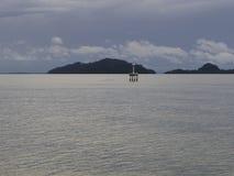 Eine Insel und der Seemorgens Himmel Stockbild