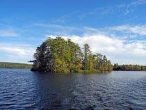 Eine Insel wirft einen Schatten stockbild