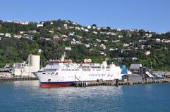 Eine Interislander-Fähre am Dock Lizenzfreie Stockfotos