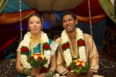 Zwischen verschiedenen Rassen indische Hochzeit Stockbilder
