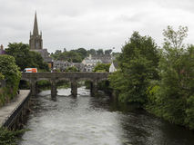 Eine irische Stadt und ein Fluss stockfotografie