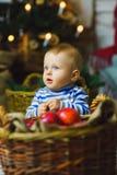 Eine Jahre altes Kind, die nahe Feiertage feiern Stockfotos