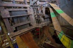 Eine Jamdani-Sareearbeitskraft, die an zu vielen älteren und langsameren Maschinen arbeitet Lizenzfreies Stockbild