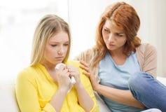 Eine Jugendliche, die andere nach tröstet, brechen oben lizenzfreie stockfotos