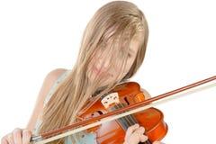 Eine Jugendliche mit dem langen Haar spielt Violine lizenzfreie stockfotos